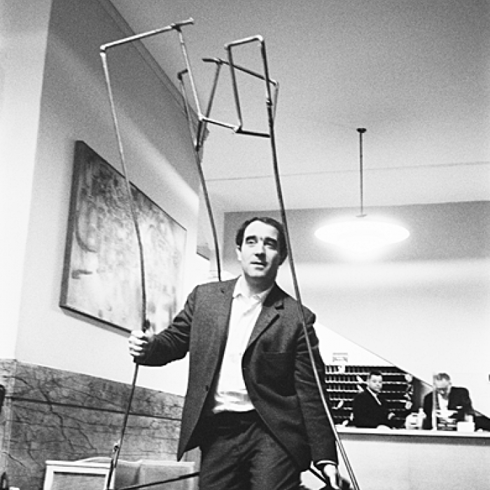 Jean Tinguely dans le lobby du Chelsea Hotel/in der Lobby des Chelsea Hotel © Archives Yves Debraine